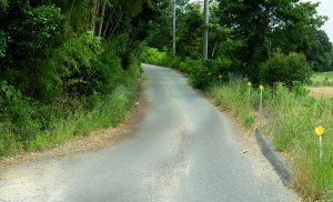 田舎の急な坂道