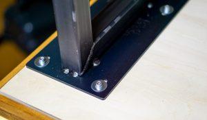 鉄脚をボルトで固定