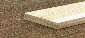 斜めカットされた木材