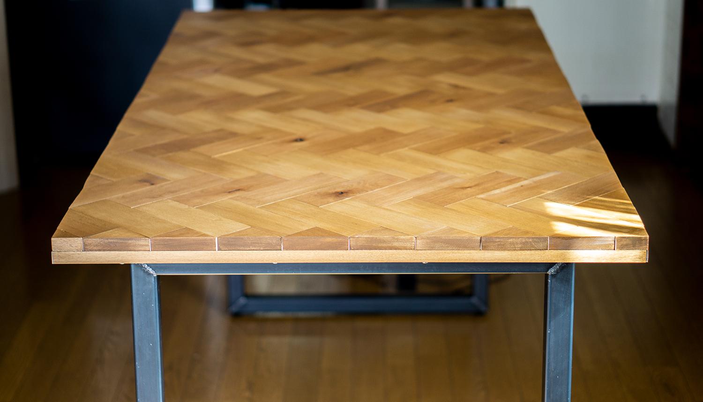真横から見たヘリンボーンテーブル