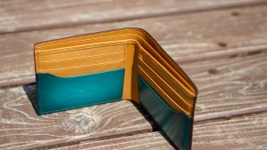 引き算のデザインで作られた財布