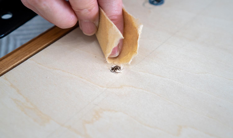 紙やすりで穴を整える
